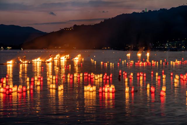 湾に浮かび上がる炎が幻想的