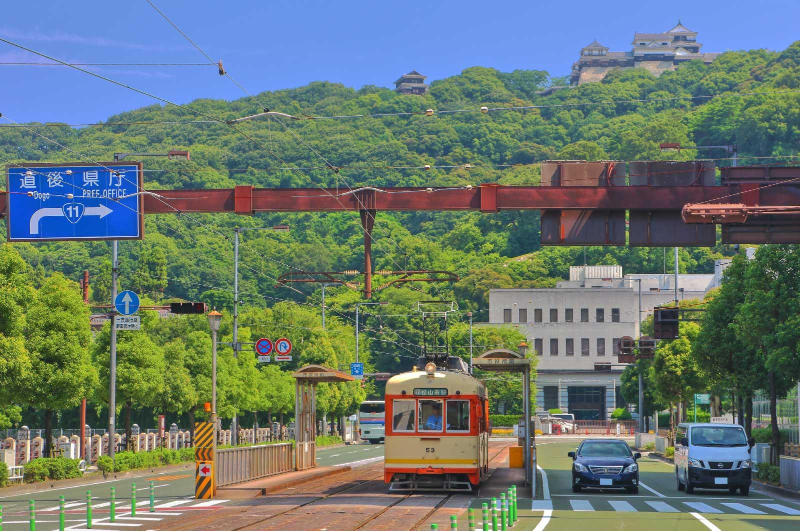 松山城と伊予鉄