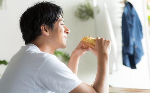 大好物のパンをかじる男性