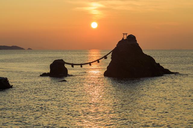 夫婦岩と朝日
