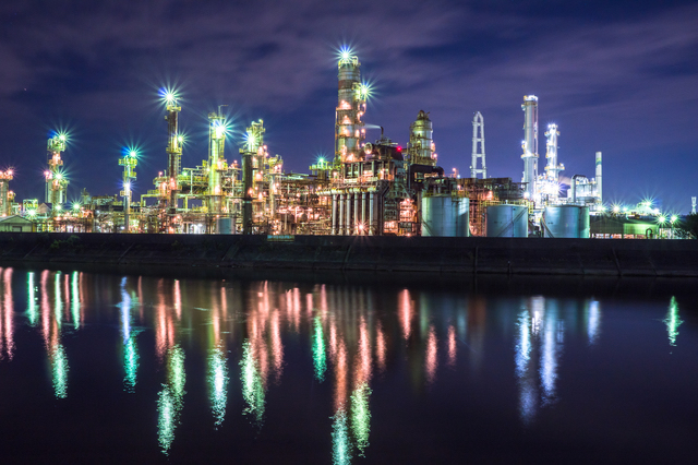 水面に映る工場夜景・三重