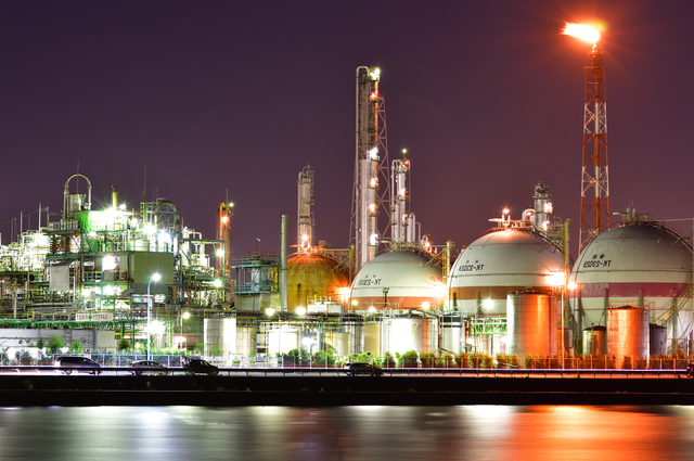 緑がかった三重の工場夜景