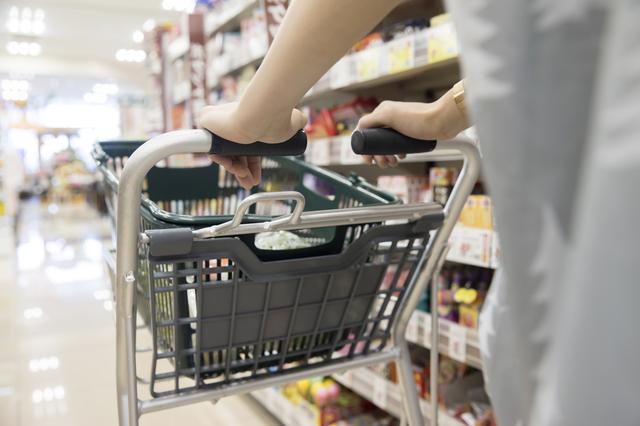 スーパーでショッピングカートを押す