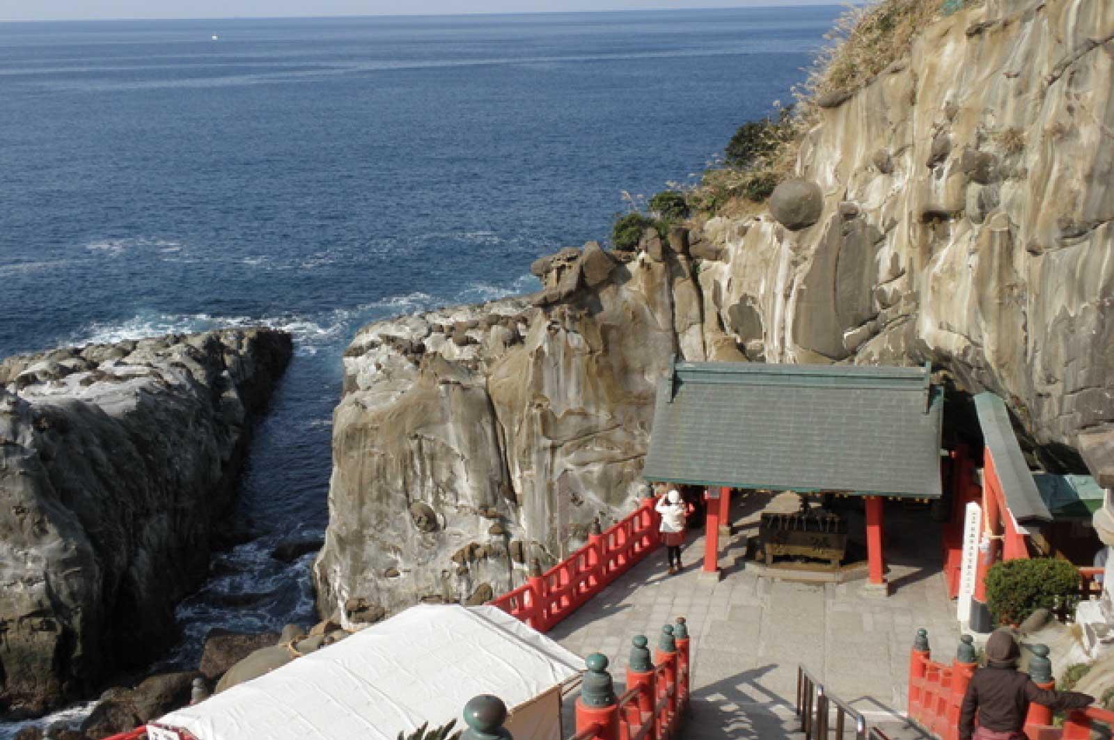 鵜戸崎岬に建つ神社