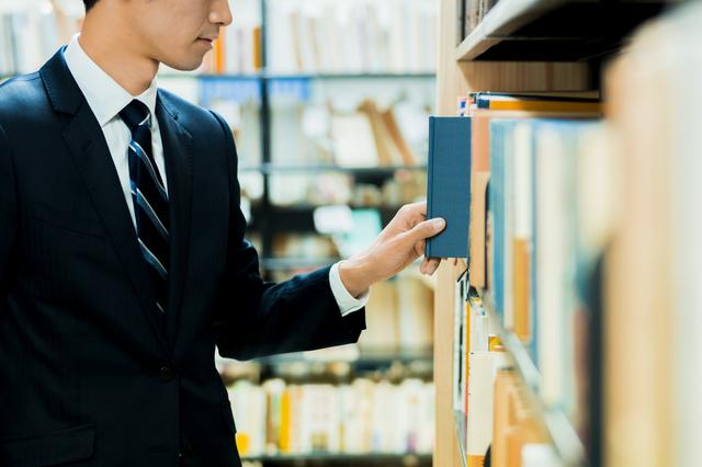 本屋で旅行関係の書籍を探す