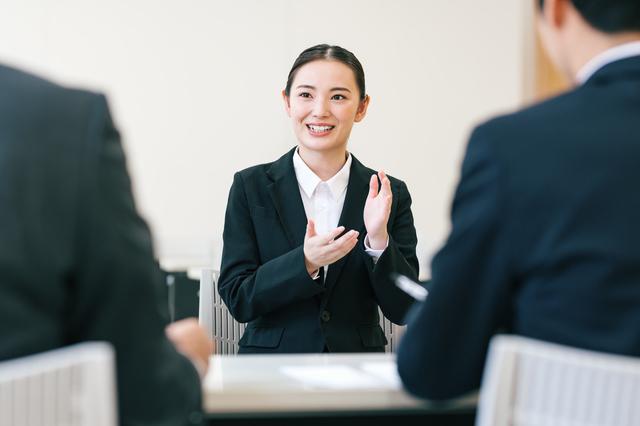 就職活動で面接を受ける女性