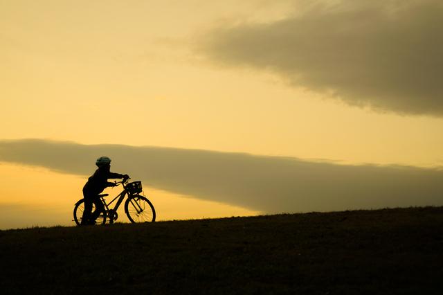 自転車と少年と夕暮れ