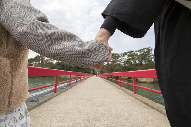 福浦橋を渡る娘