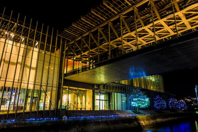 イルミネーションライトアップされた長崎県美術館