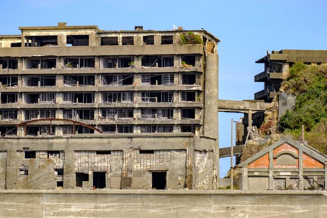 荒廃した建物が並ぶ軍艦島