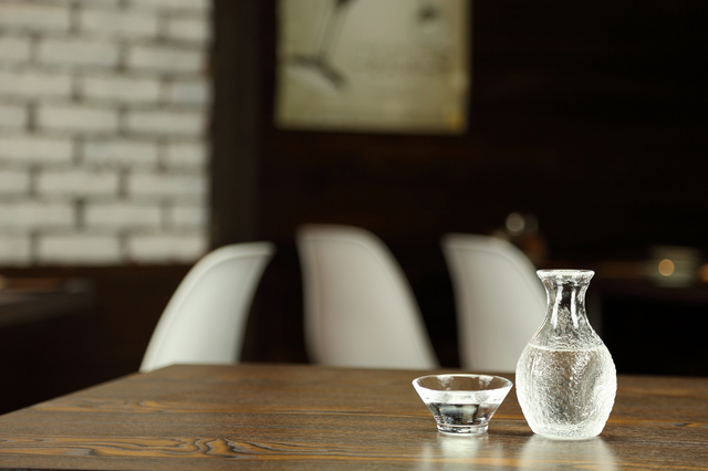 おしゃれな居酒屋で日本酒を飲む