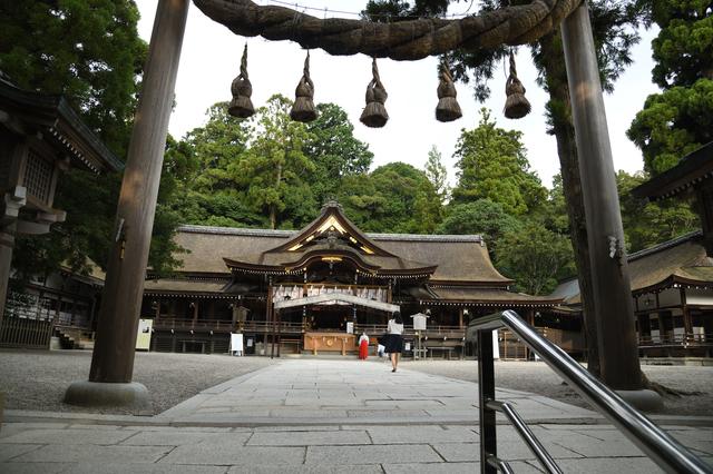 大神神社の境内(拝殿前)