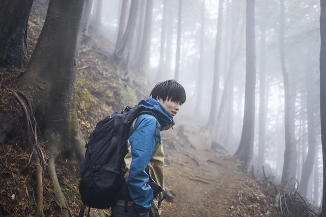 山登りをす男性