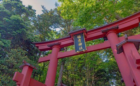 山の麓の神社