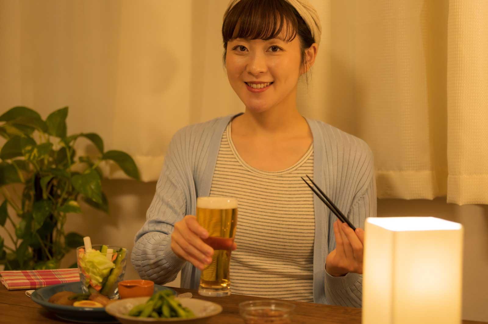 女が1人で家で飲む