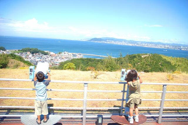 望遠鏡を覗く子供