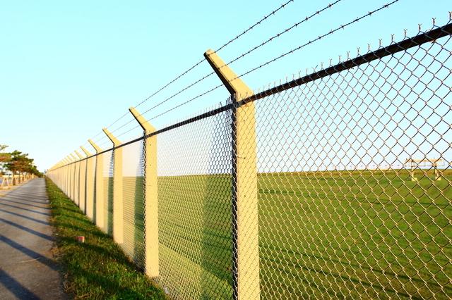 米軍基地のフェンス