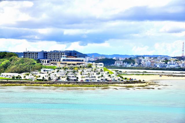 沖縄の海とウミカジテラス