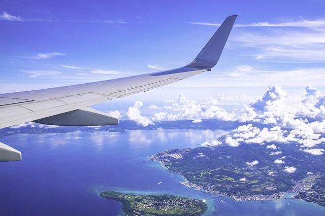 那覇空港近くを飛ぶ飛行機