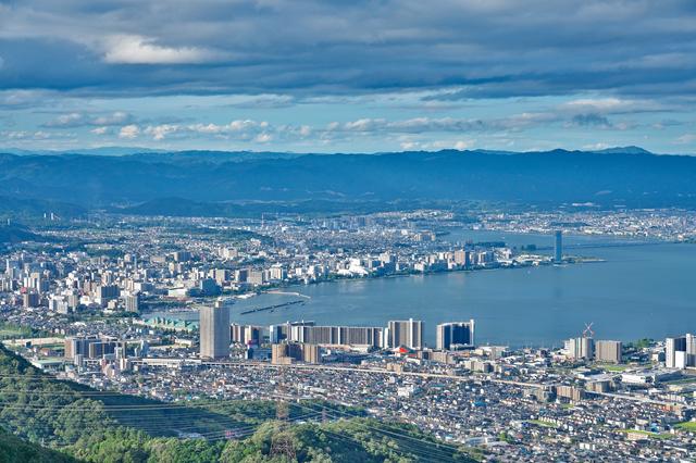 琵琶湖と大津の街並み