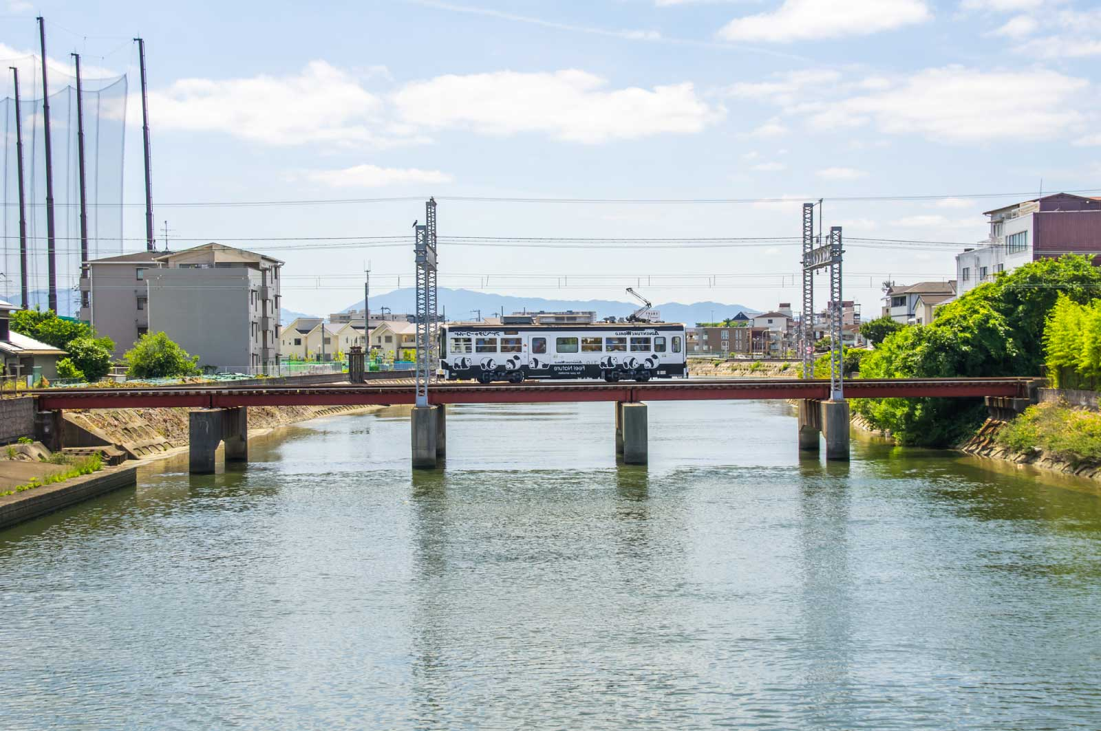 石津川(堺)を走る阪堺電車