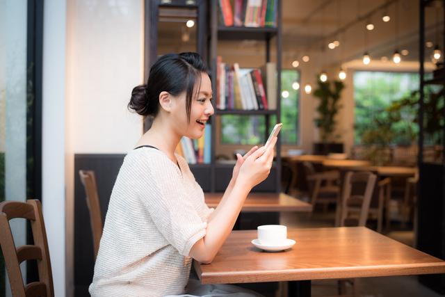 堺のカフェでくつろぐ女性