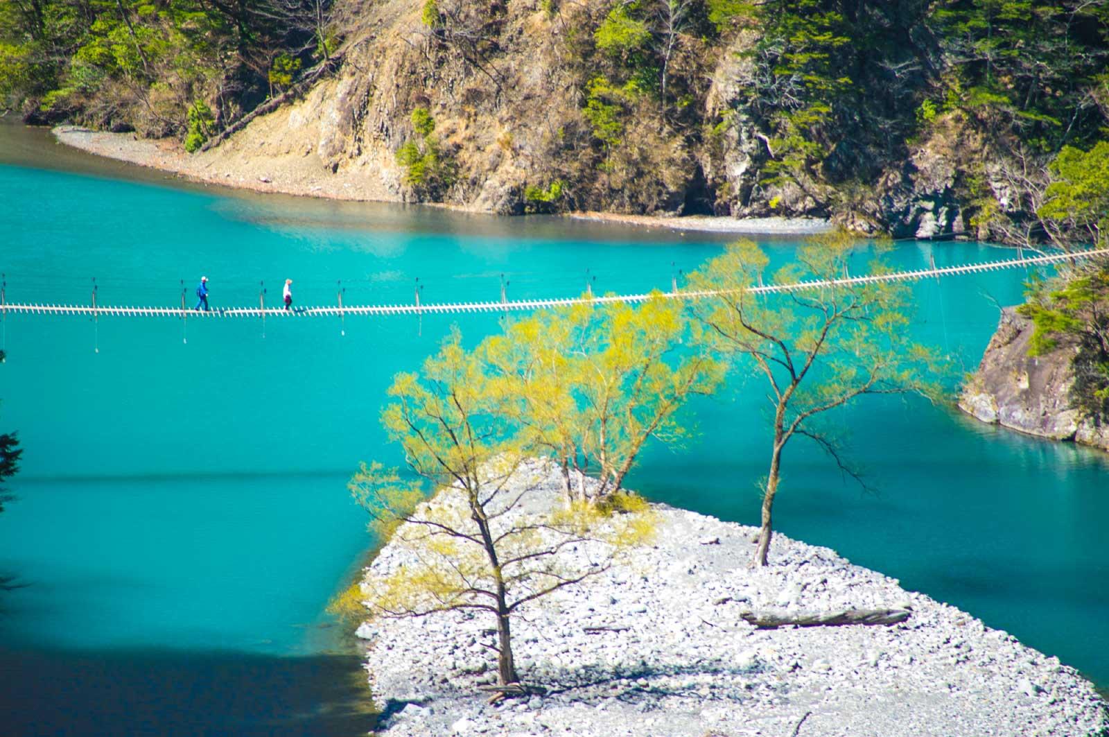 通称「夢のつり橋」のあるダム湖