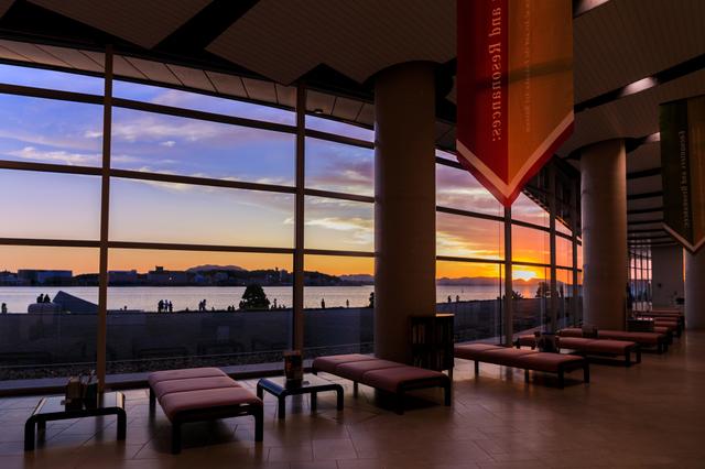 夕暮れの島根県立美術館