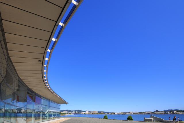 美しい曲線を描く島根県立美術館