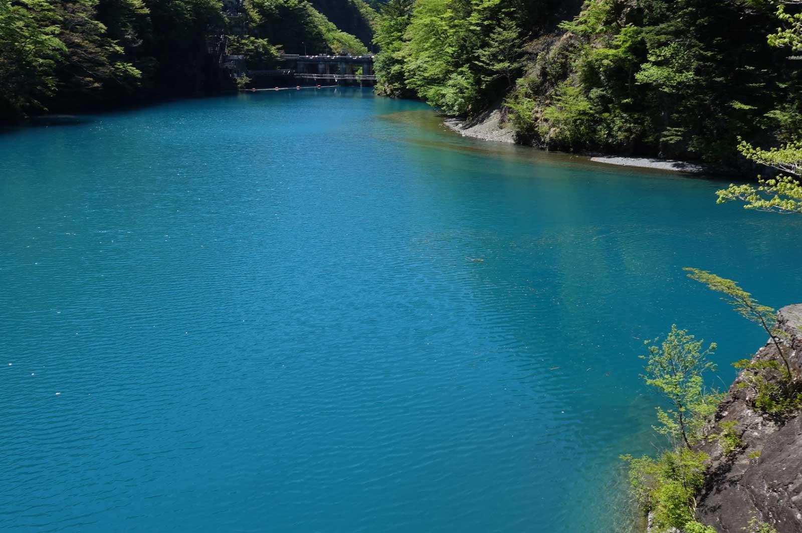 青ではなく、水色に近い色をしていて非常に美しい