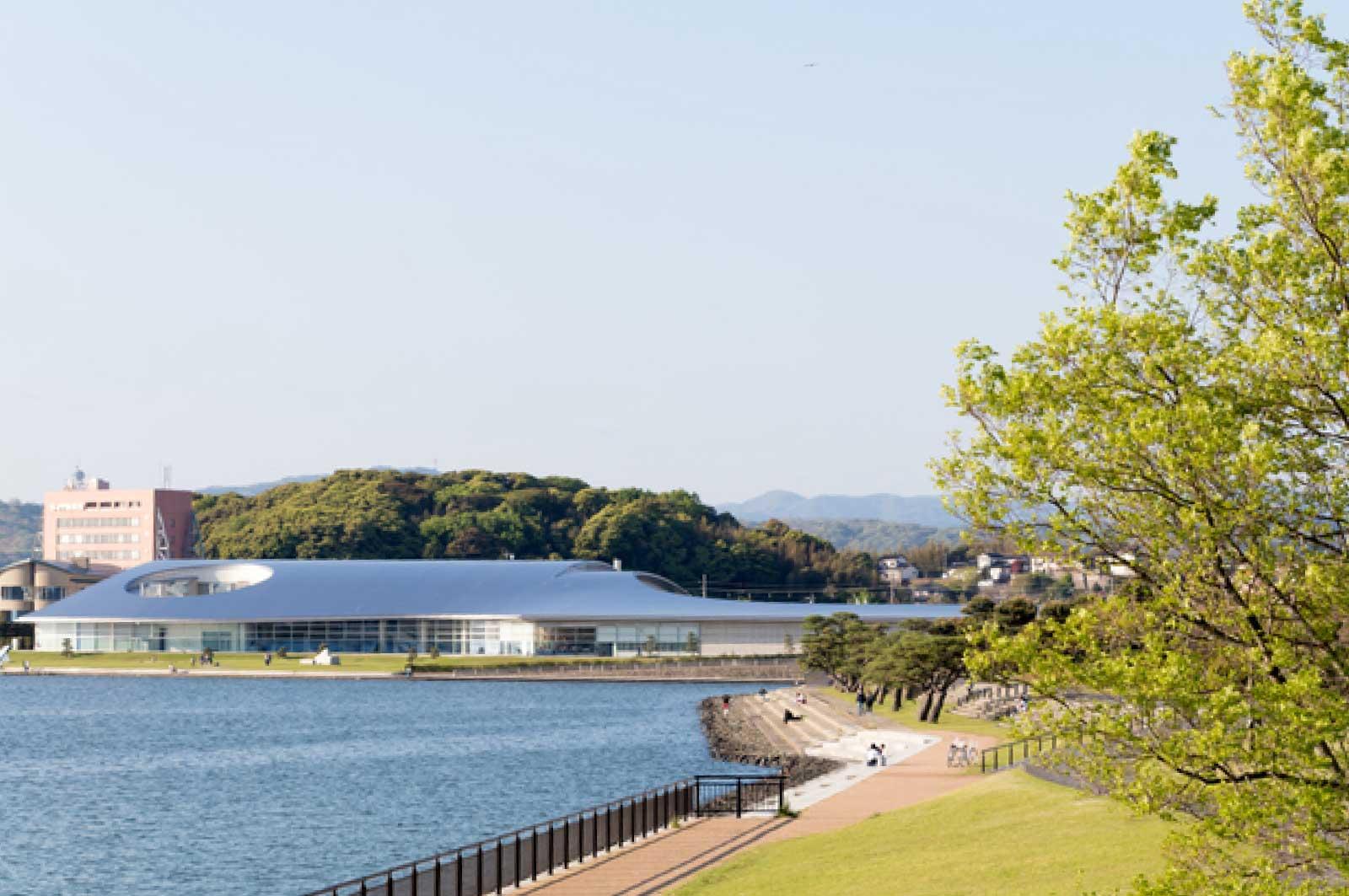 薄く平べったい島根県立美術館