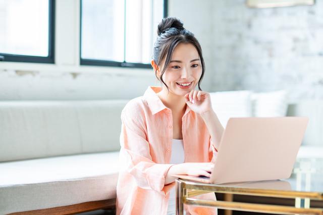 海外のブログを見る女性