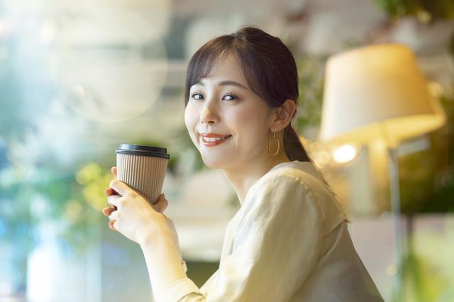 カフェでくつろぐアラサー女性