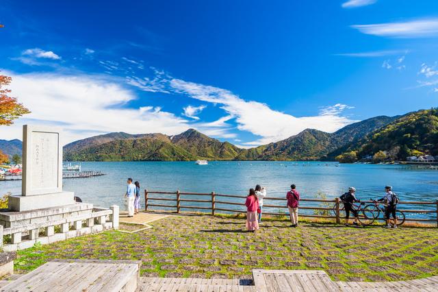 日光中禅寺湖を楽しむ人々