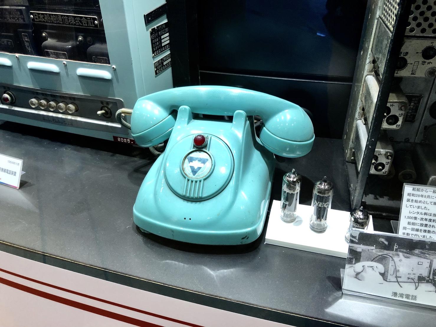 黒電話と思いきや、ダイヤルもない…