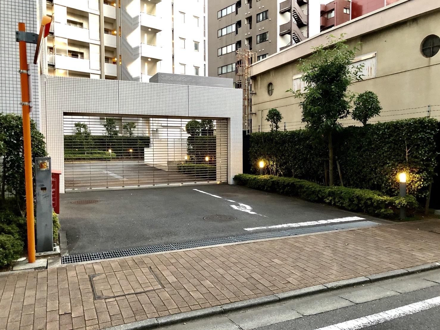 桑野信介とみちるが住むマンション駐車場入り口
