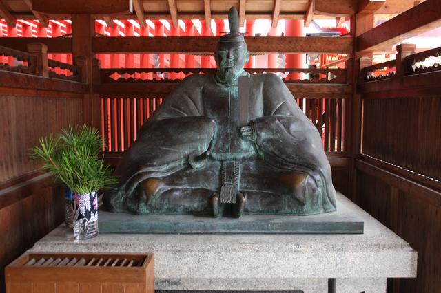 菅原道真の銅像(服部天満宮)