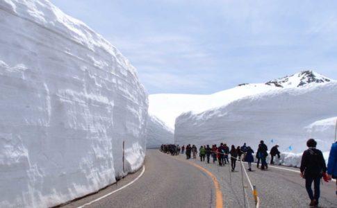 くり抜かれた雪の高さは5階建ての建物に匹敵