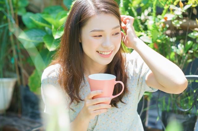 宇都宮でコーヒーを飲む女性