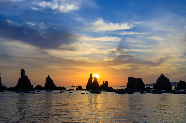 橋杭岩と朝日