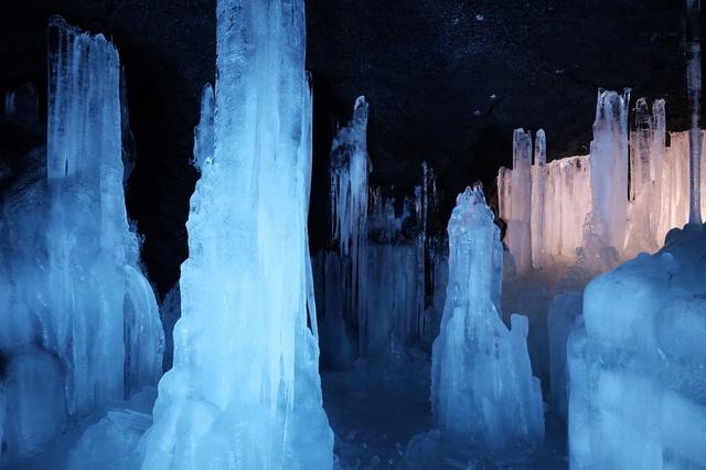幻想的な鳴沢氷穴