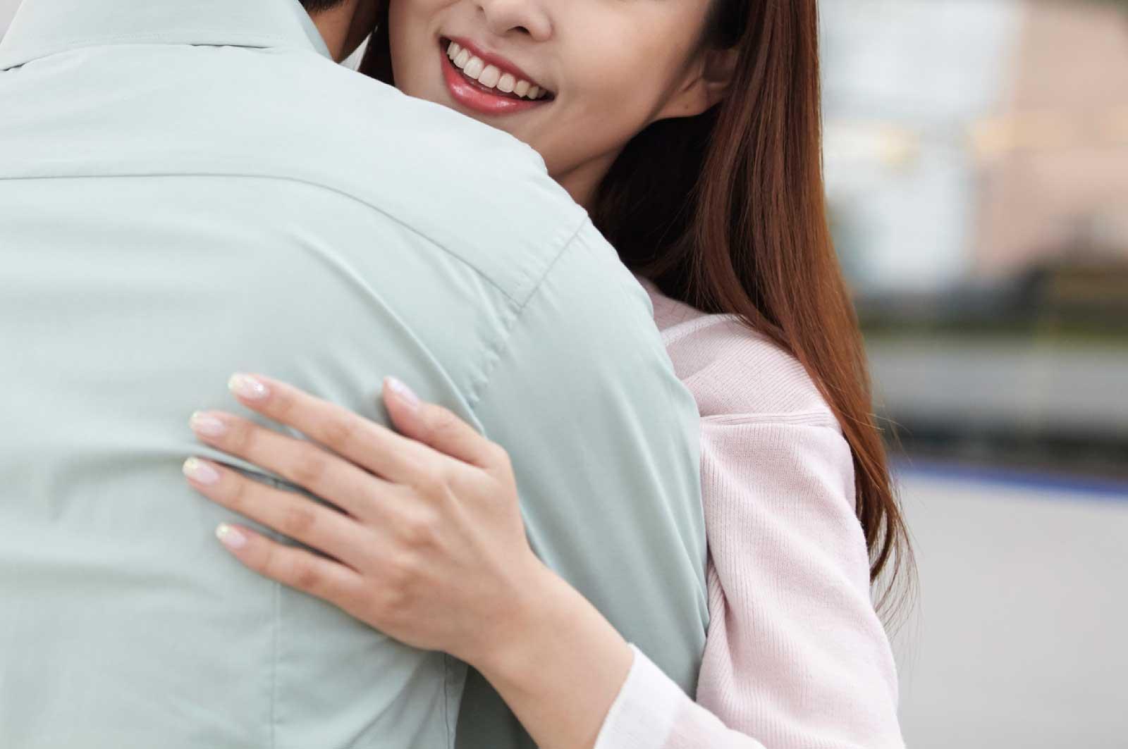 名古屋駅のホームで女性と抱き合う