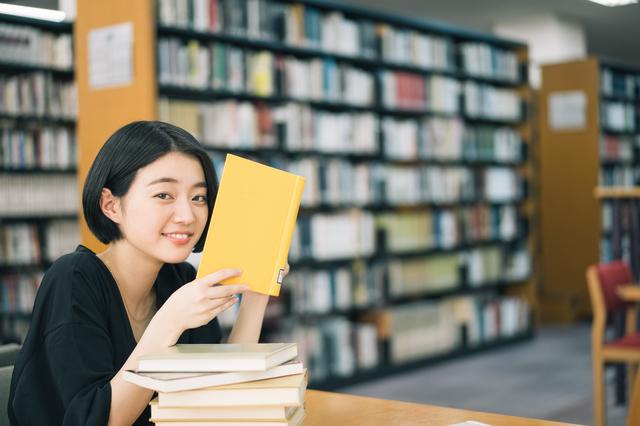 図書館を利用する女性