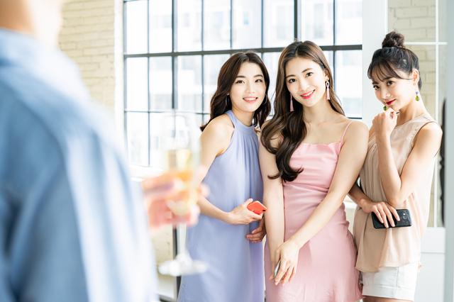 婚活パーティーで出会いを探す女性