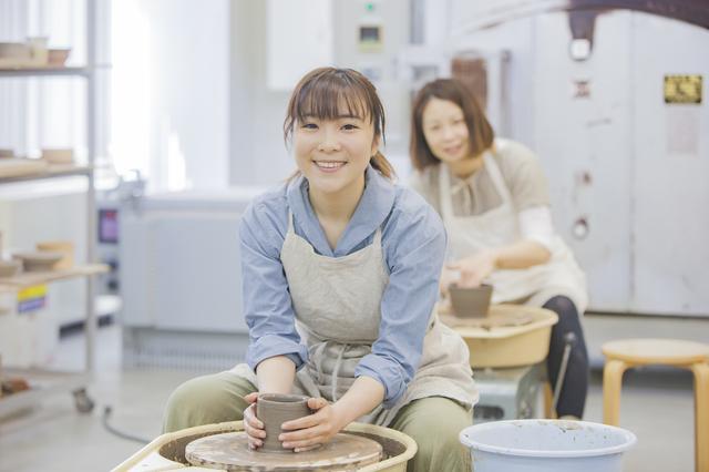 陶芸教室の女性