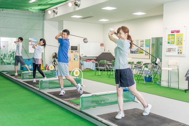 若い男女もゴルフをする