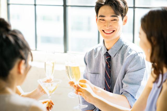 婚活パーティーに参加する男性