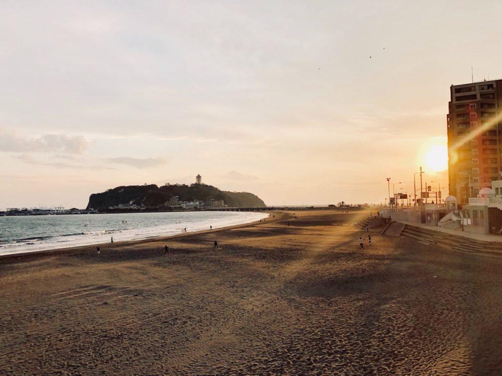 夕暮れに映る江ノ島