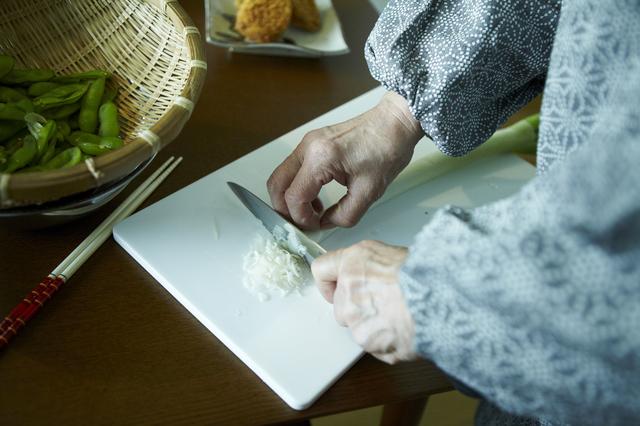 祖母が料理の支度する姿