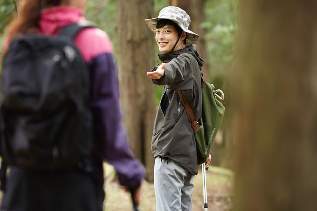 ハイキングをする大学生